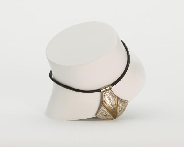 Halskette mit silbernem Anhänger