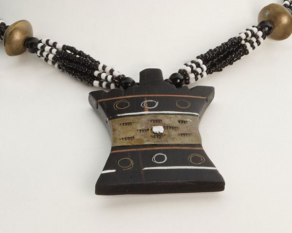 Halskette mit ornamentiertem Anhänger