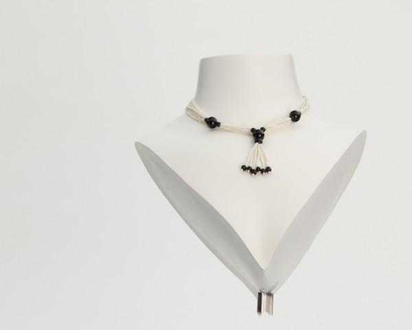 Halskette aus schwarzen und weißen Perlen
