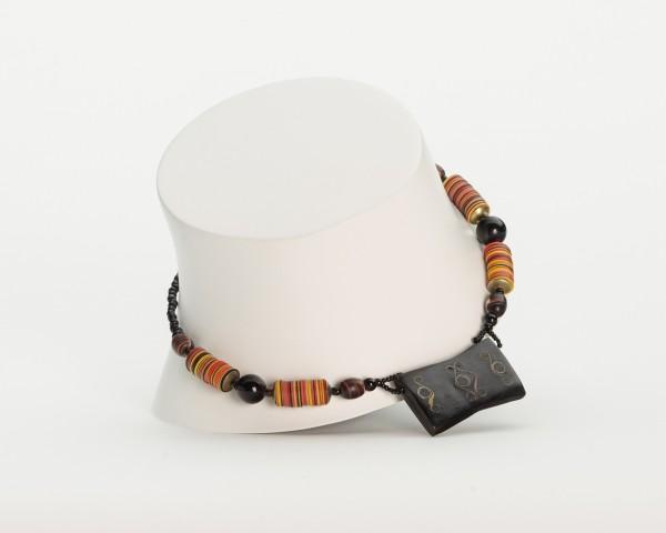 Halskette mit ornamentiertem Holzanhänger