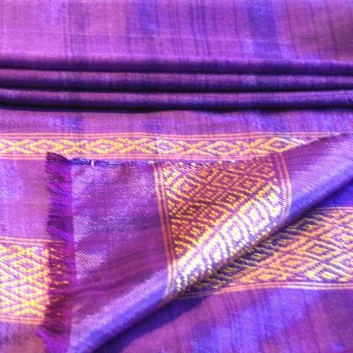 Klassischer Schal, mit kurzen Fransen, lila-goldene Einwebung